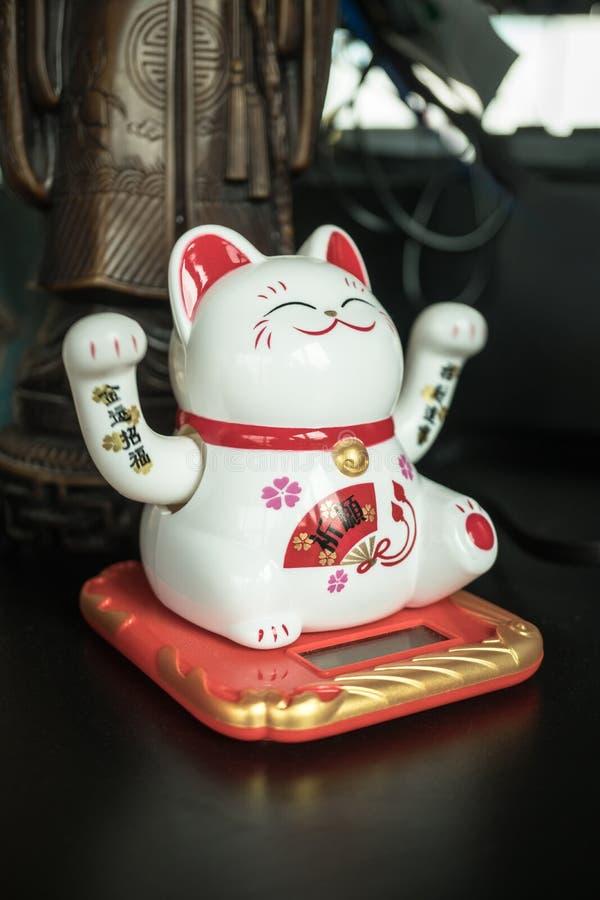 Maneki Neko kota Japońska szczęsliwa postać zdjęcia stock