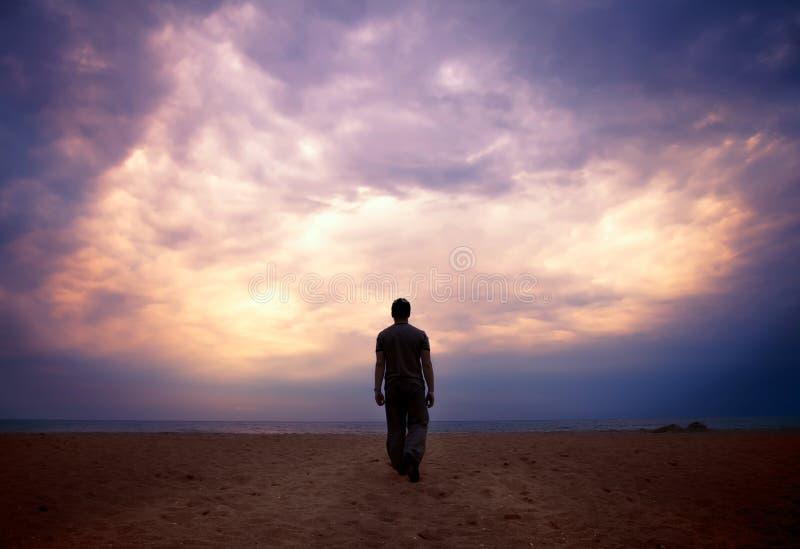 Manen går till havet under den molniga skyen arkivbilder