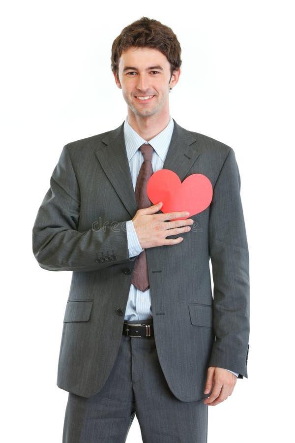 Manen i affär passar med den hjärta formade vykortet arkivfoto
