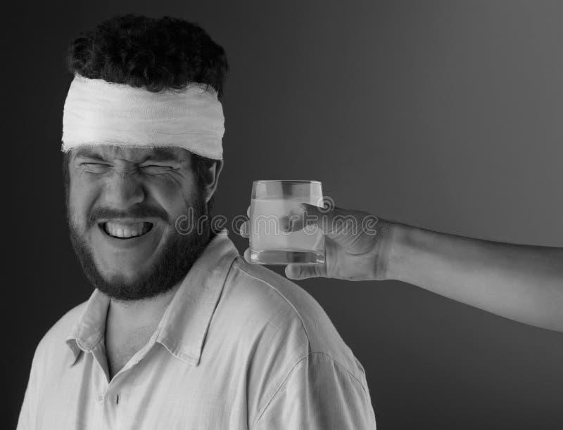 Manen med huvudet förbinder arkivfoto