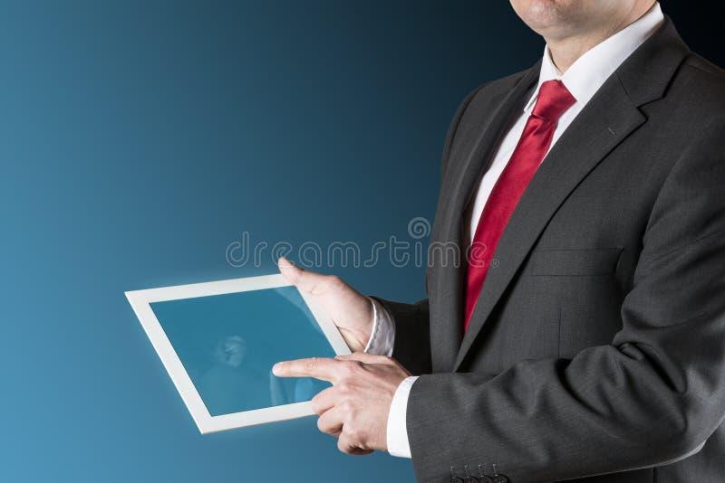 Manen Med Kartlägger På Tableten Fotografering för Bildbyråer