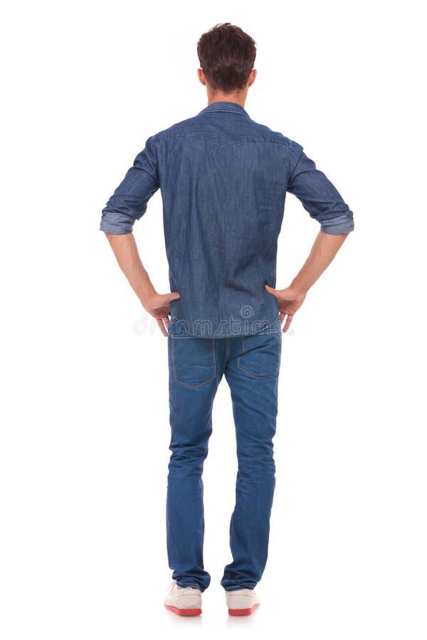 Manen med räcker på höfter från baksida fotografering för bildbyråer