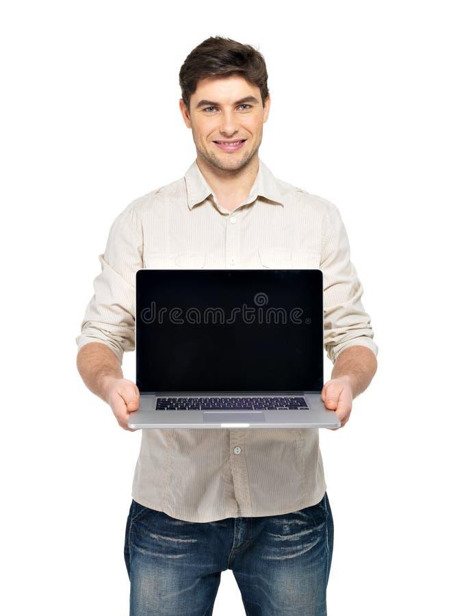 Manen rymmer bärbar dator med tomt avskärmer royaltyfri bild