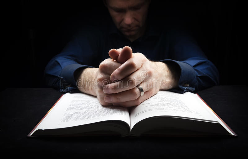 Man som ber till guden fotografering för bildbyråer