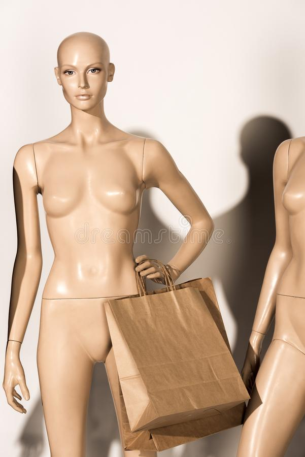 manequim calvo despido com sacos de papel foto de stock royalty free