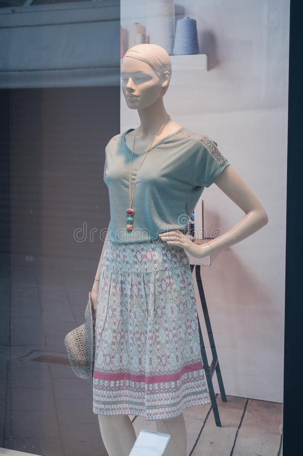 Manequim com saia do verão em uma sala de exposições da forma foto de stock
