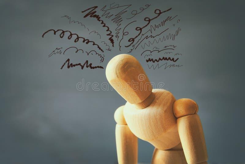 manequim de madeira com pensamentos forçados preocupados fotografia de stock royalty free