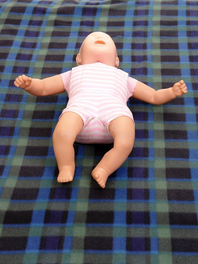Manequim do treinamento dos primeiros socorros do infante imagens de stock
