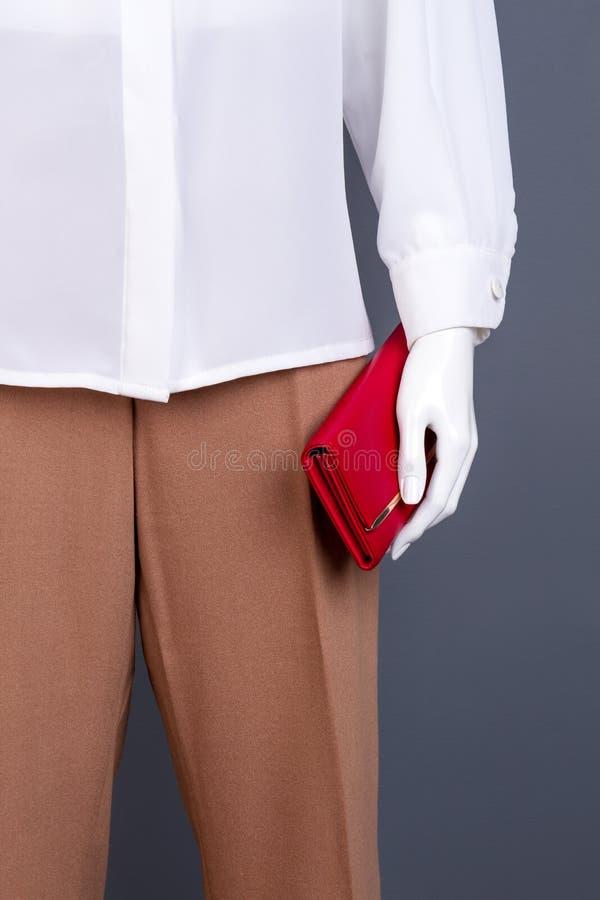 Manequim fêmea com a bolsa de couro vermelha imagens de stock royalty free