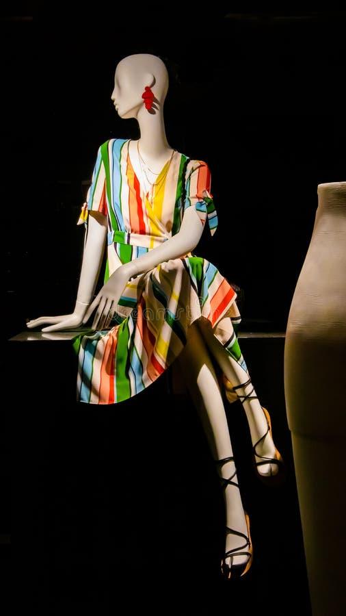 - manequim fêmea no vestido colorido com fundo data o 30 de abril de 2019 preto manequim no vestido de fantasia com o vaso grande imagens de stock royalty free