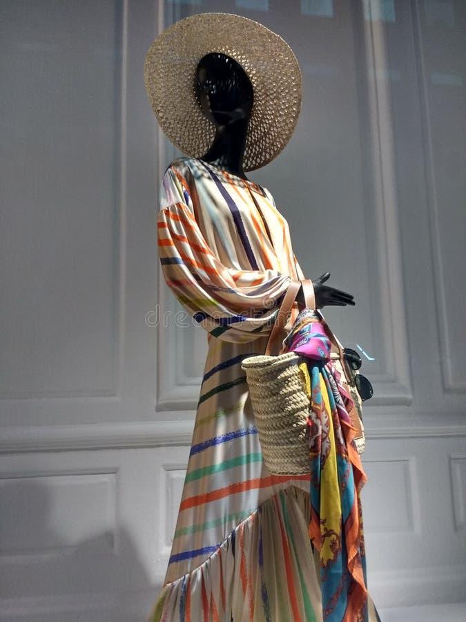 Manequim que modela a tendência a mais atrasada, Saks Fifth Avenue, NYC, NY, EUA imagem de stock