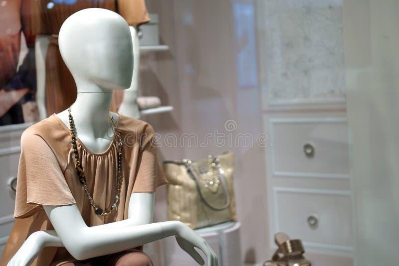 manequim vestido elegantemente em uma janela da loja fotos de stock royalty free