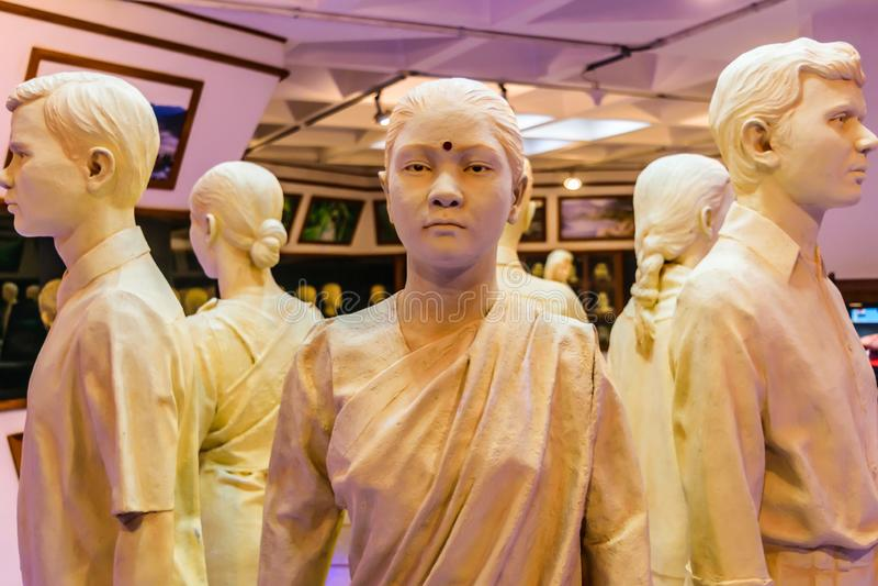 Manequins da loja em vestidos e em saris indianos tradicionais em uma exposição varejo Grupo de vestir do manequim ou do manequim imagens de stock royalty free