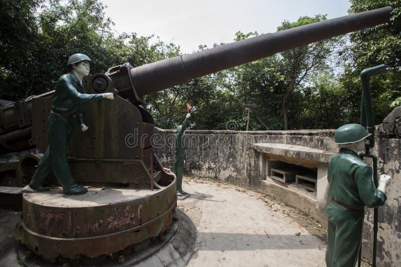 Manequins de soldados manipulando um grande canhão em Cannon Fort em Cat Ba, Vietnã fotografia de stock royalty free