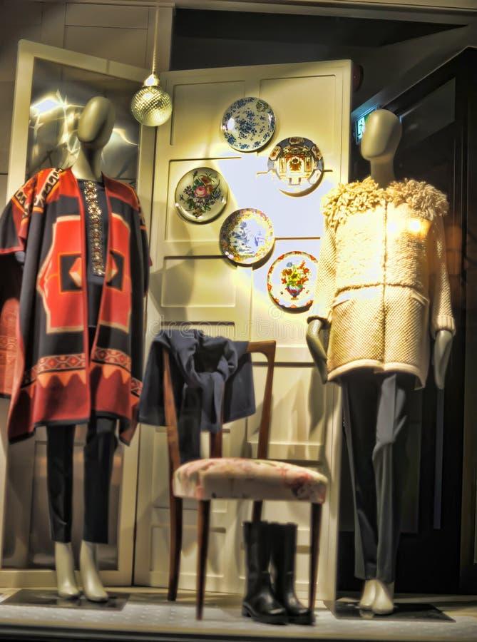 Manequins na roupa feita malha à moda fotografia de stock