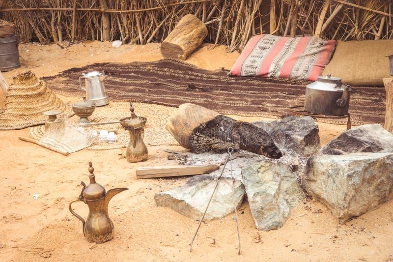 Manera árabe tradicional de cocinar en el desierto mostrado en Dubai viejo imagen de archivo libre de regalías
