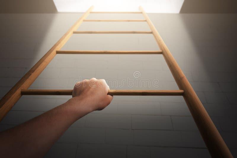 Manera al futuro Mujer que levanta la escalera principal para encenderse imagen de archivo
