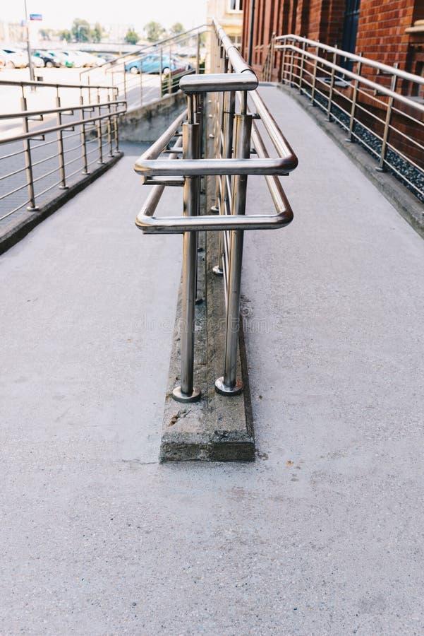 Manera concreta de la rampa con la barandilla del acero inoxidable foto de archivo