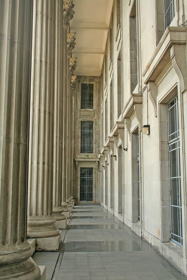 Manera de la caminata del pilar en una corte de la justicia imagen de archivo libre de regalías