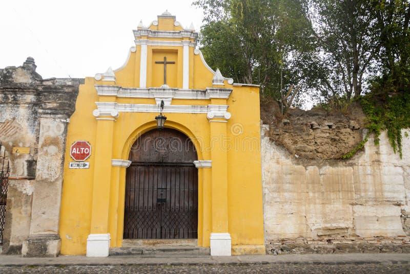 Manera de la capilla de las estaciones cruzadas en la calle de thesteps del La Antigua Guatemala Puerta antigua en Antigua Guatem fotos de archivo