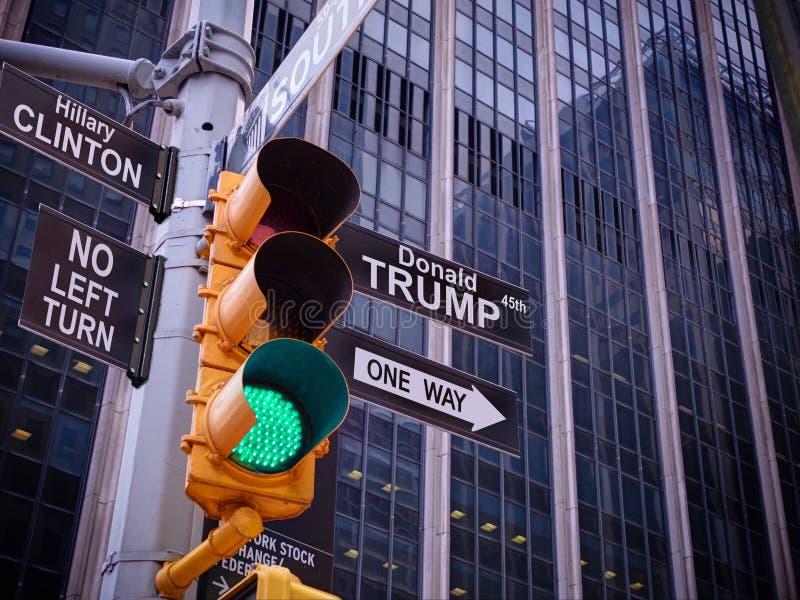 Manera de la guía una del indicador del negro de la luz verde del tráfico del amarillo de NYC Wall Street a DIOS Ninguna manera,  imagenes de archivo