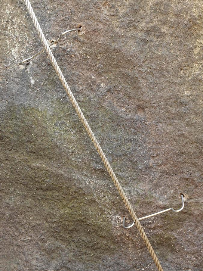 Download Manera De Los Escaladores Planche La Cuerda Torcida Fijada En Bloque Por Los Ganchos Rápidos De Los Tornillos El Extremo De La Cu Foto de archivo - Imagen de escala, fijo: 44855348