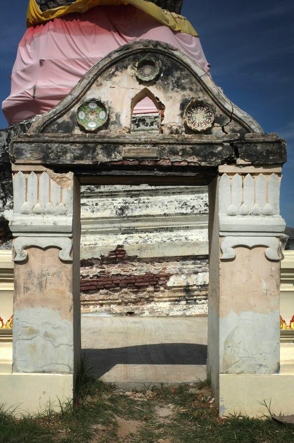 Manera del arco delante del stupa antiguo en templo imagen de archivo