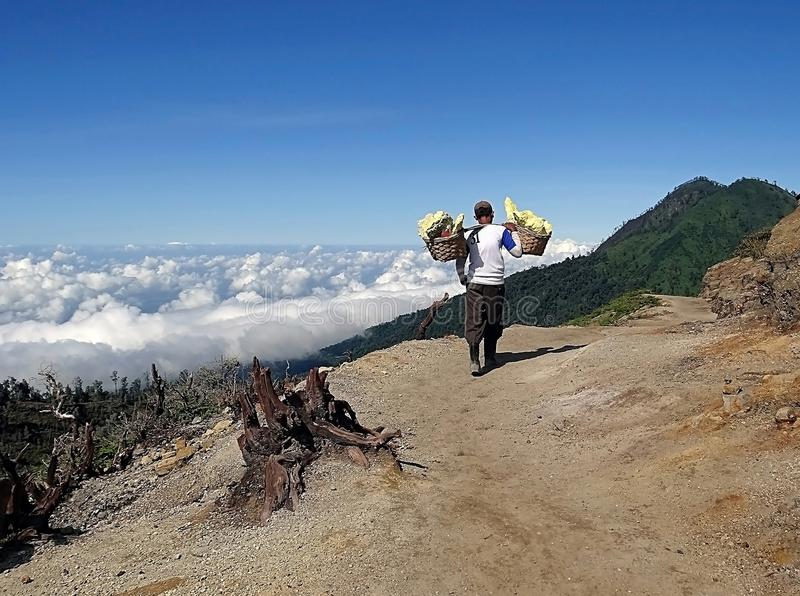 Manera del portador del azufre en la meseta volcánica de Ijen fotografía de archivo libre de regalías