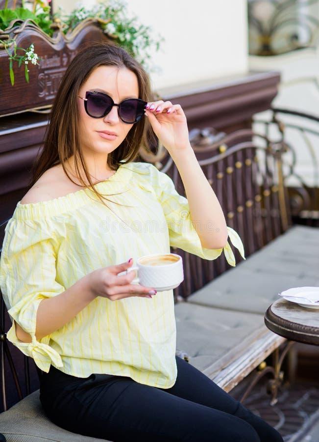 Manera del verano Comenzando d?a con buenas noticias Encuentro en caf? Buenos d?as Tiempo de desayuno la muchacha se relaja en ca fotos de archivo libres de regalías