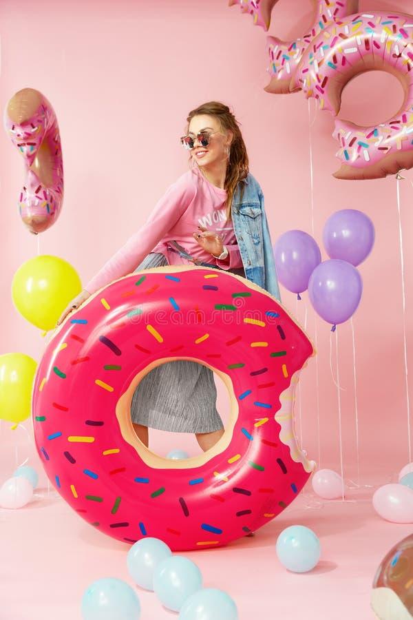 Manera del verano Mujer joven en ropa de moda imágenes de archivo libres de regalías