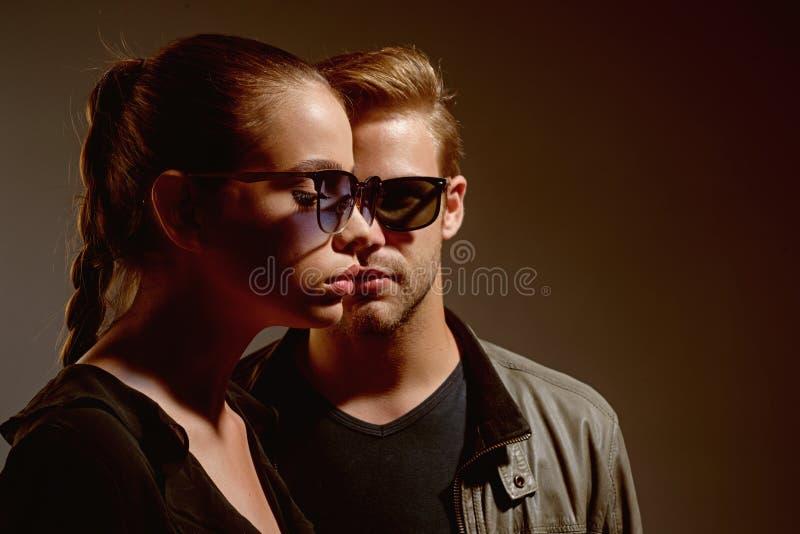 Manera eyewear Día de la amistad Relaciones de la amistad Modelos de moda en vidrios de sol de moda Pares en amor Pares de foto de archivo libre de regalías