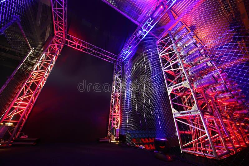 Manera iluminada con red al anillo de boxeo imagenes de archivo