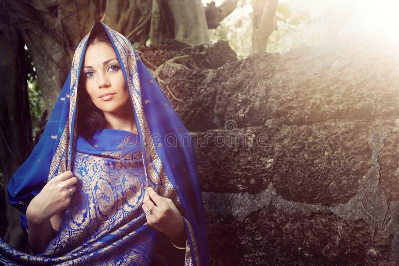 Manera india en sari foto de archivo