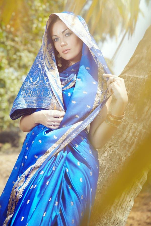 Manera india en sari fotografía de archivo