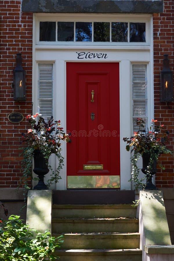 Manera roja de la puerta en las calles de la sabana, Georgia imagenes de archivo