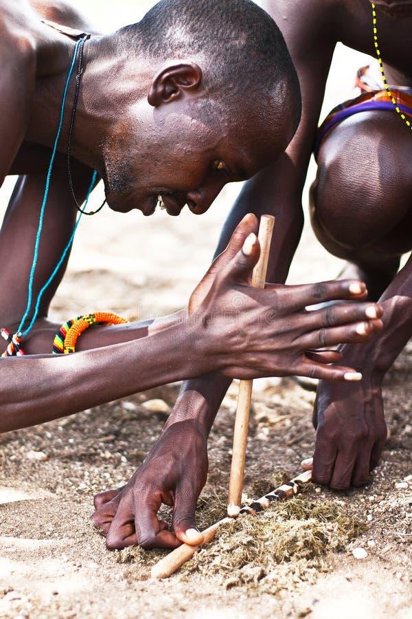Manera tribal tradicional de hacer el fuego imagen de archivo libre de regalías
