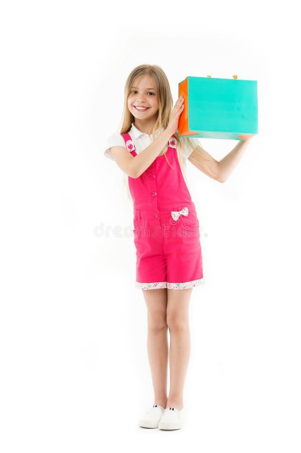 Maneras elegantes de ahorrar en la ropa El adolescente lindo de la muchacha lleva el panier Venta comprada niño de la ropa Ayudas fotos de archivo