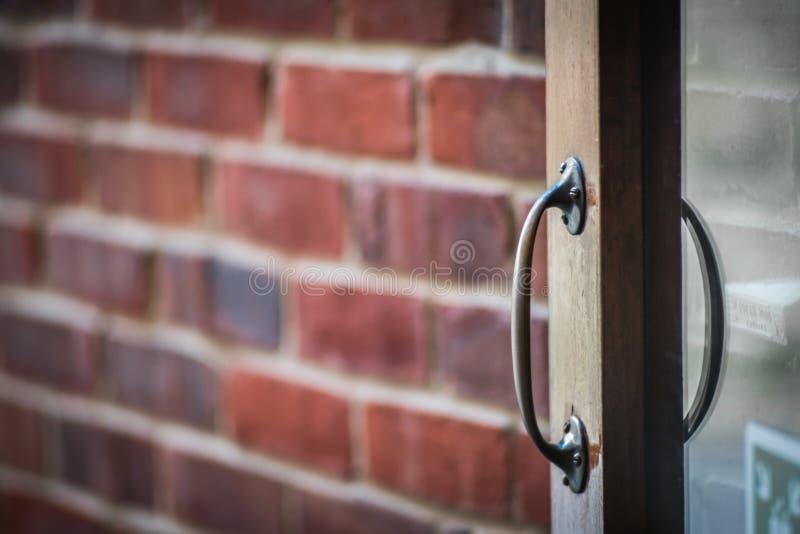 Maneta de puerta de madera imagenes de archivo