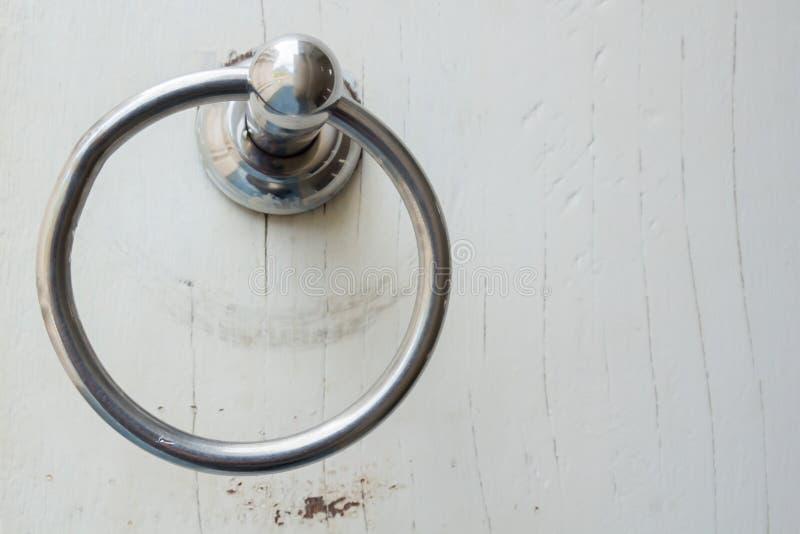 Maneta del metal en una puerta de madera imagenes de archivo