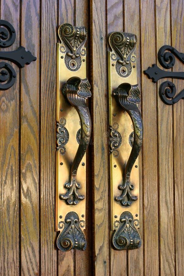 Manetas de puerta de cobre amarillo adornadas fotos de archivo