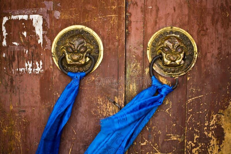 Manetas de puerta en el templo antiguo imágenes de archivo libres de regalías
