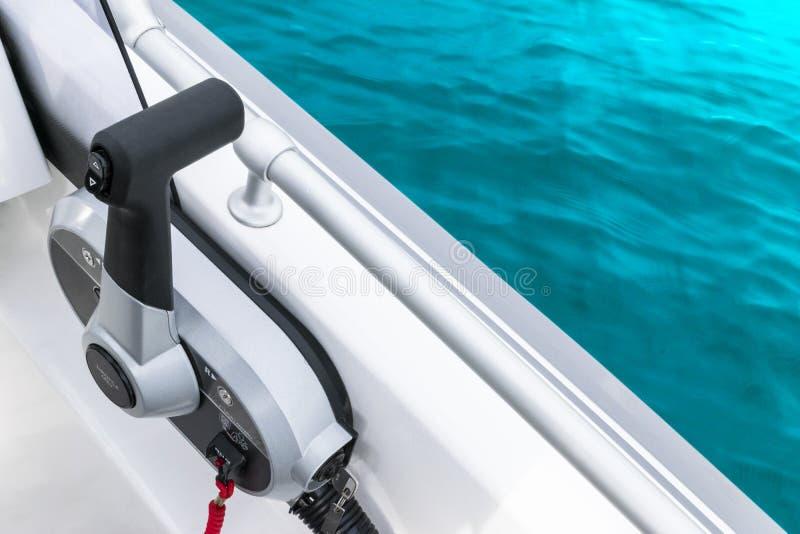 Manetta del gas alta vicina sull'imbarcazione a motore o sull'ingranaggio centrale sul peschereccio di lusso Fine dello sterzo de fotografia stock libera da diritti