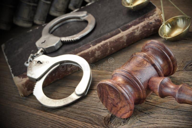 Manette, libri di legge di Gavel And Old del giudice sulla Tabella di legno immagine stock libera da diritti