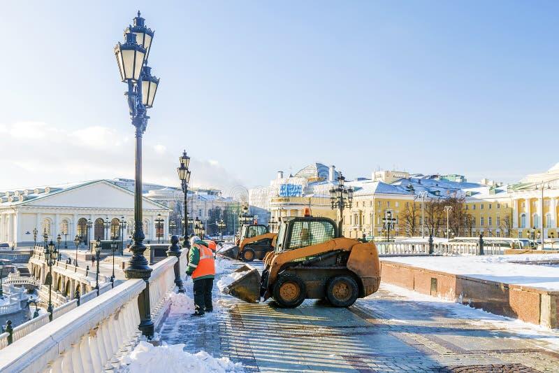 Manezh fyrkant i Moskva skyffla snö efter ett snöfall royaltyfri foto
