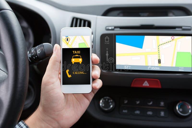 Manförbindande telefon med app-taxien och navigeringöversikten royaltyfri fotografi
