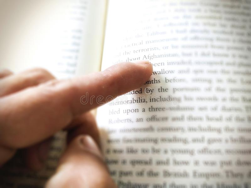 Manfingerpunkt på bokstaven royaltyfri fotografi