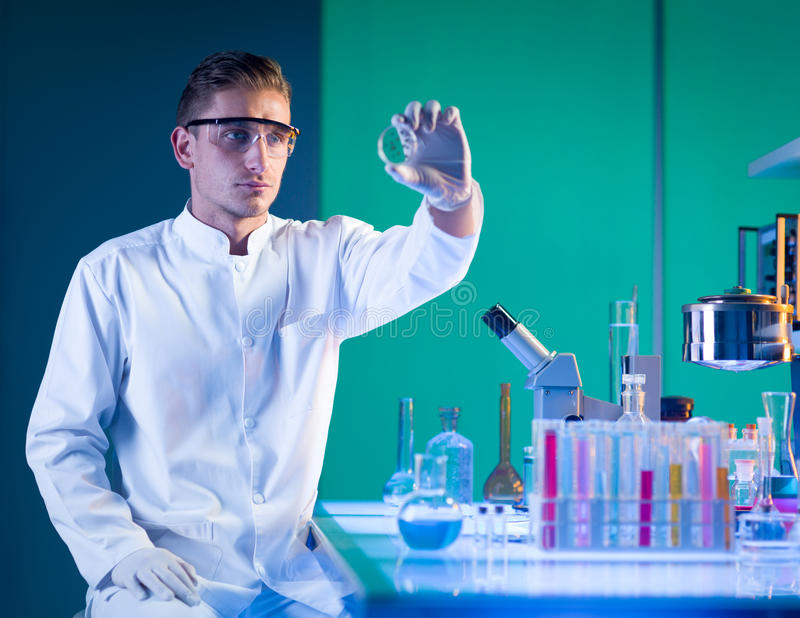 Manforskare som analyserar en petri maträtt fotografering för bildbyråer
