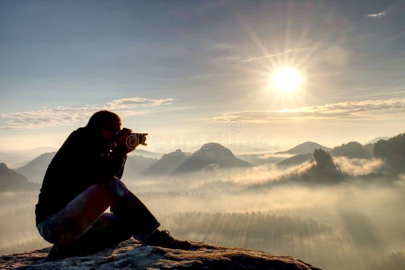Manfotografvandring Fotograf som tar foto som är utomhus- vid dslrkameran Lopplivsstil royaltyfri fotografi