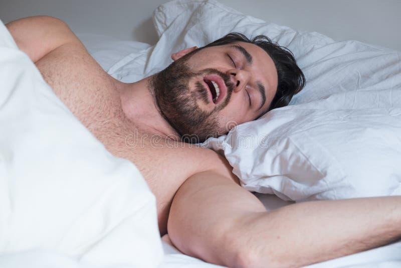 Manframsidauttryck som snarkar och lider apnea royaltyfri foto