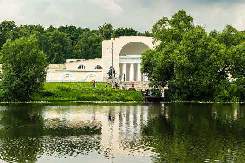 Mangårdsbyggnad nära dammet royaltyfri foto